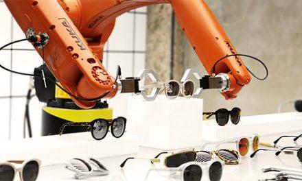 KR AGILUS de KUKA: dos robots presentan gafas de sol.