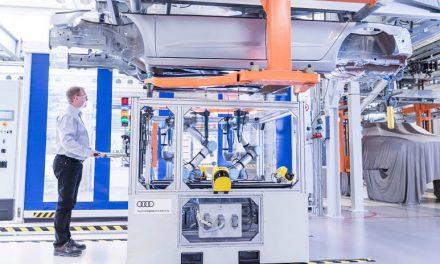 Cobots en industria automóvil ayudando en la producción.