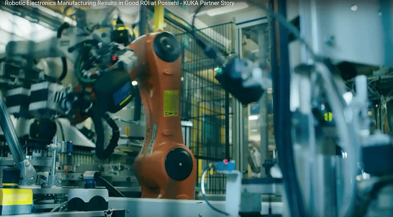 Robots Kuka en microelectrónica colocando piezas en la máquina.