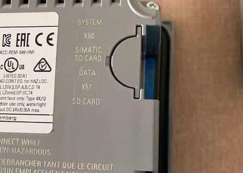 Tarjeta SD insertada en el panel operador Siemens