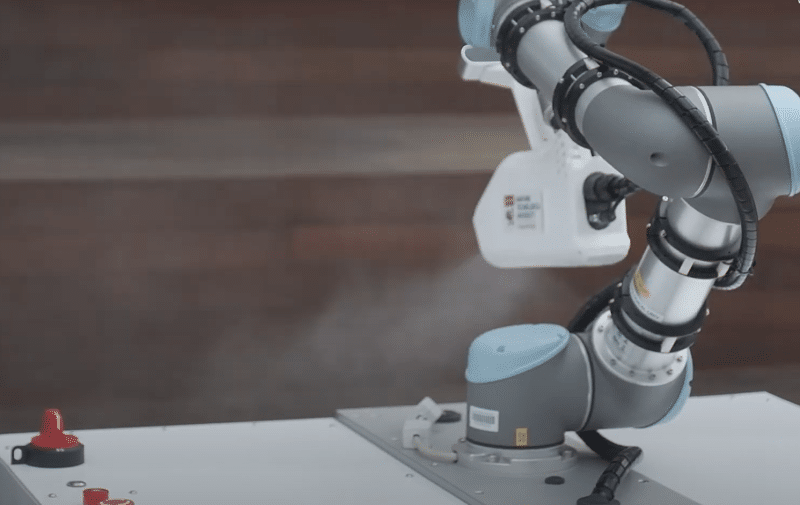 Brazo robótico para ayuda en limpieza y desinfección de zonas