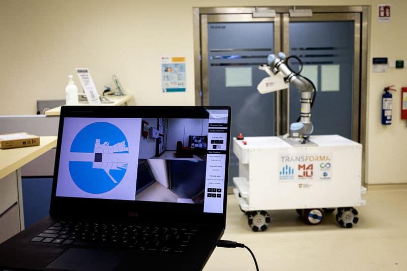 Robot diseñado para limpieza con control remoto y plataforma móvil